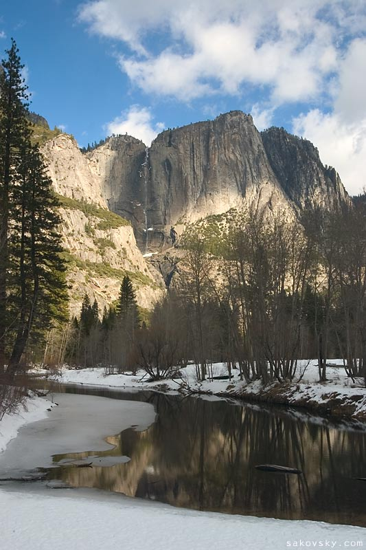 Верхний Йосeмити водопад (Upper Yosemite Fall) и река Мерсед (Merced River)