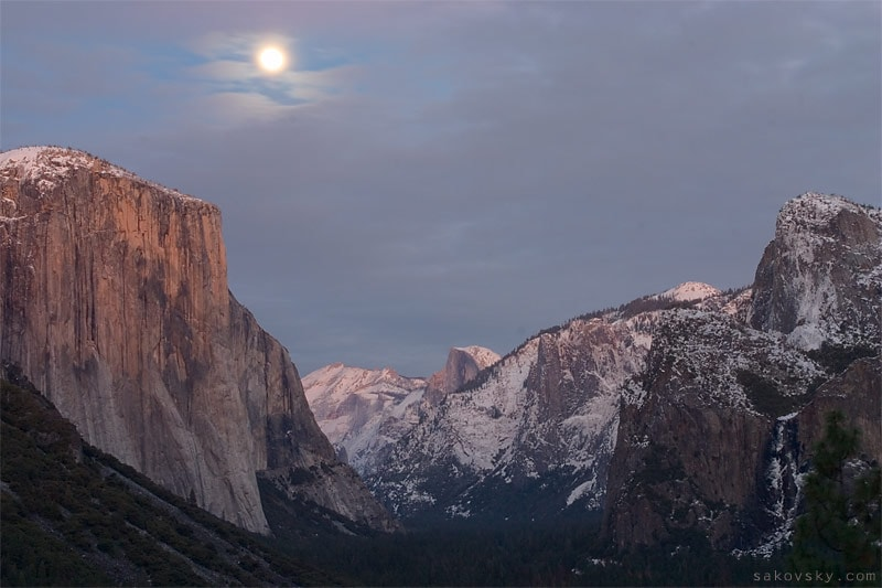 Восход луны над Эль-Капитаном (El Capitan)