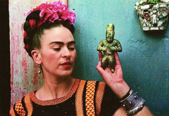Фрида с Ольмекской статуэткой, Николас Мюррей, 1939 | Frida with Olmec figurine, Nickolas Murray, 1939