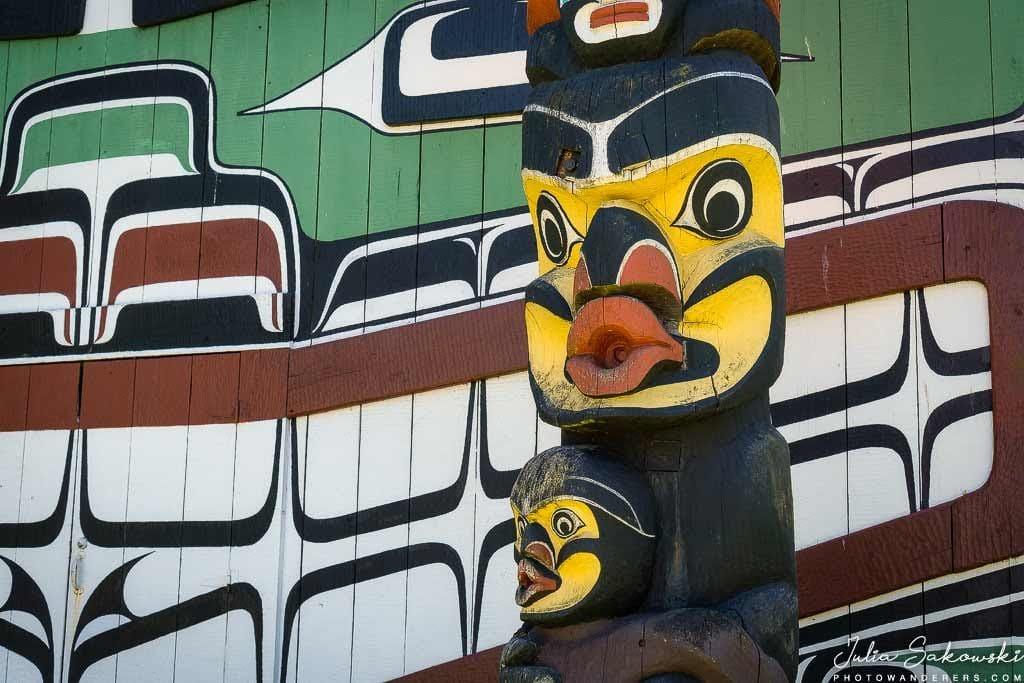 Тотем Кваквака'вакв и традиционный большой дом в Виктории, Британская Колумбия