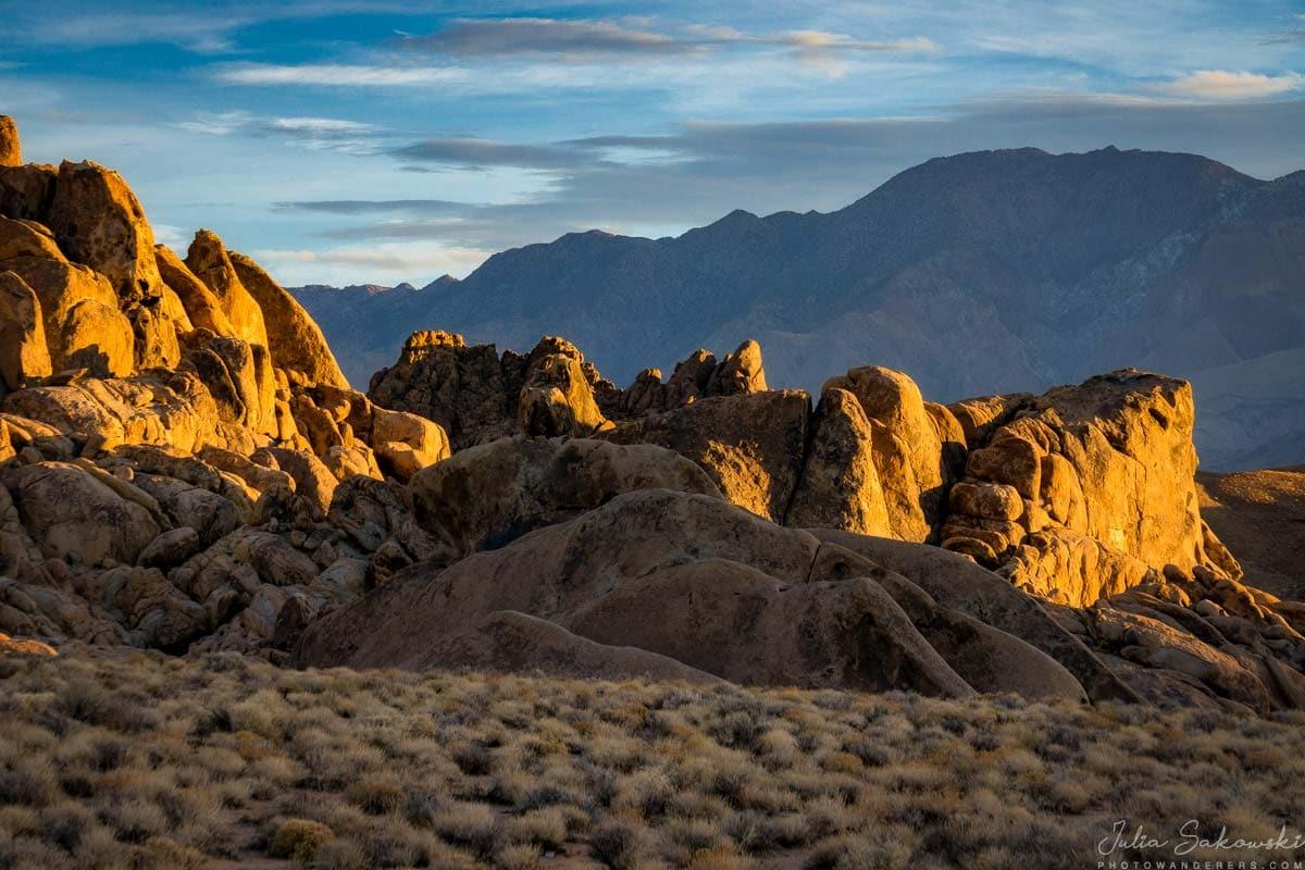 Яркие скалы на темном фоне гряды Панаминт