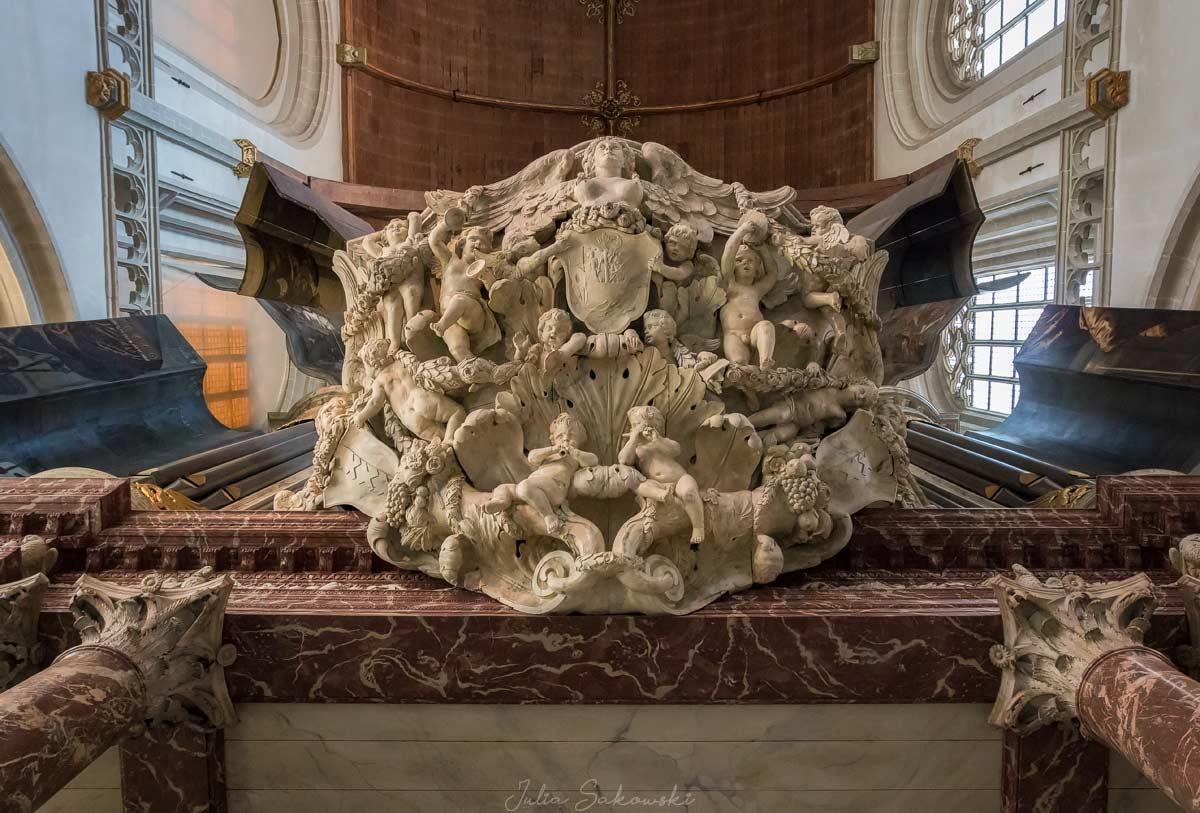 Рельеф под органом, De Nieuwe Kerk