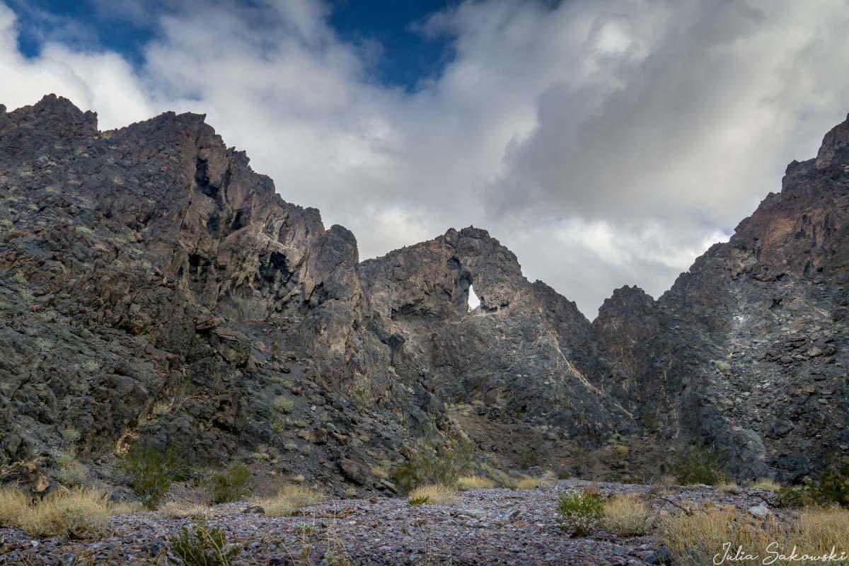 Небольшое окошко в скале. Каньон Эхо