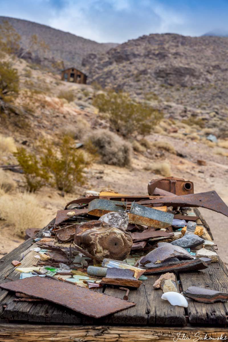 Вещи, которые другие посетители собрали вокруг заброшенной шахты и сложили на столе