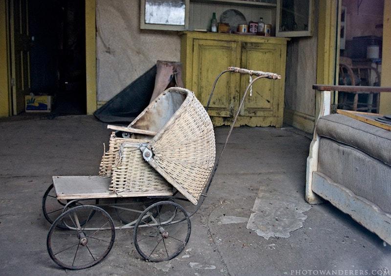 Заброшенная детская коляска
