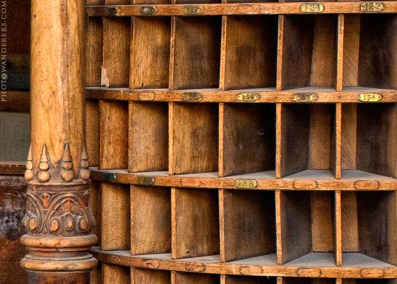 Стойка с ячейками для ключей и писем, город-призрак Боди (Bodie Ghost Town)