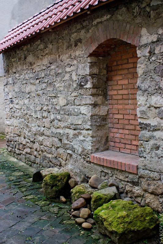 Замшелые камни у стены
