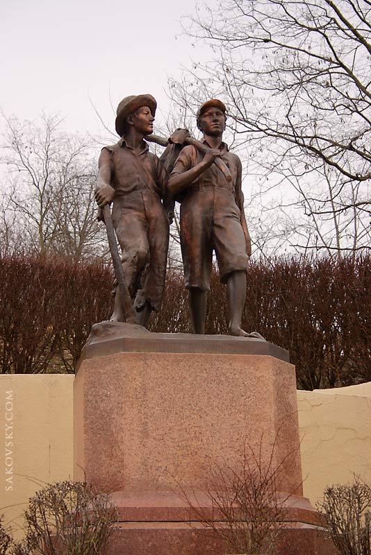 Памятник Тому Сойеру и Геккельберри Финну