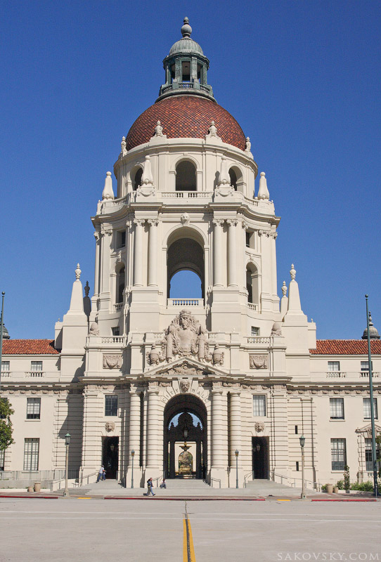 Красно-купольное здание мэрии (City Hall)