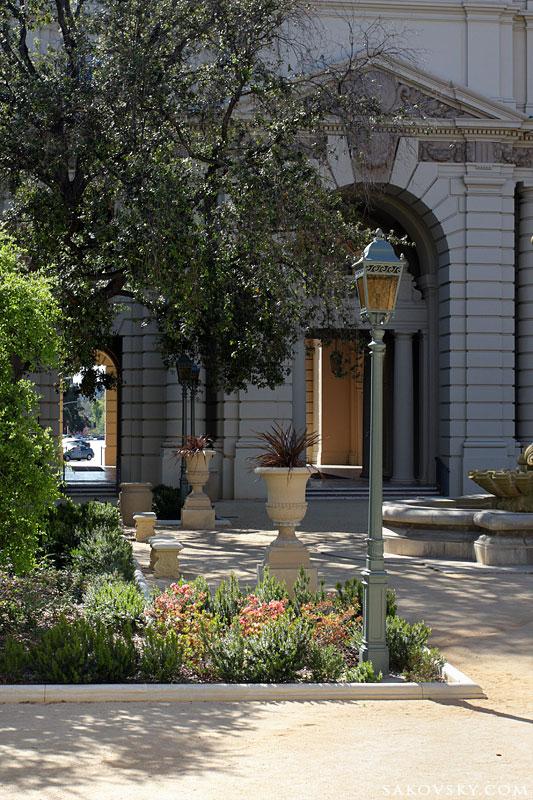 Дворик в мэрии (City Hall)