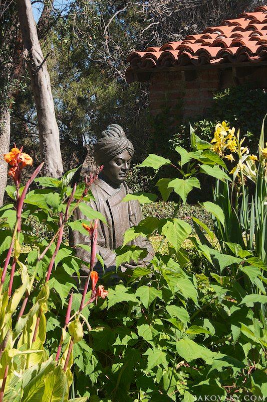 Свами Вивекананда в монастырском саду