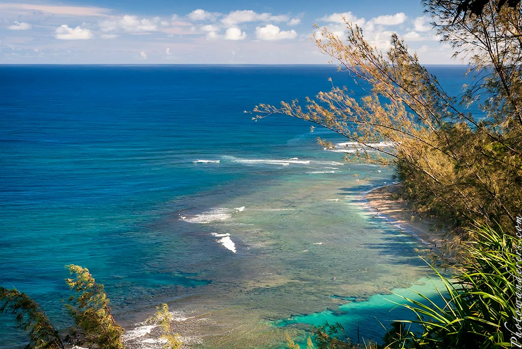 Вид на пляж Ки-Бич с тропы Калалау | View on Ke'e Beach from Kalalau Trail