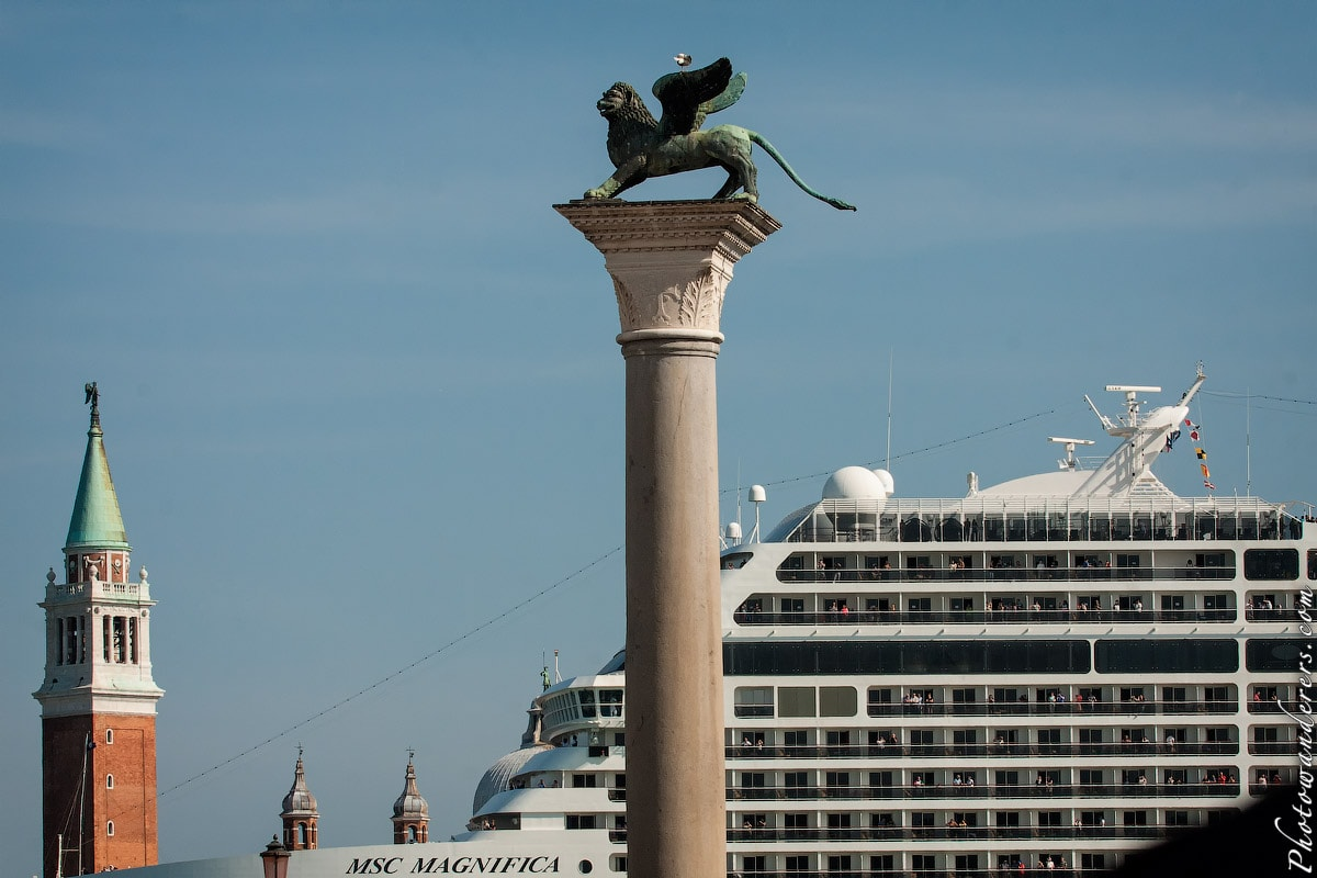 Туристический лайнер проходит через Венецию, Италия | Cruise-ship passing through historic city, Venice, Italy