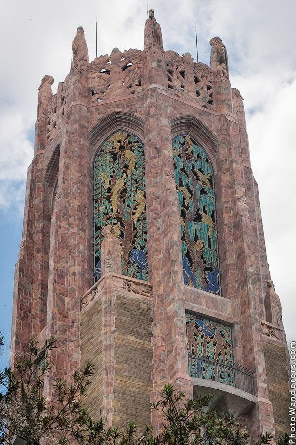 Окна и балкон на верхушке Поющей башни