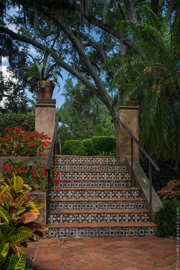 Лестница с мозаикой из плиточек