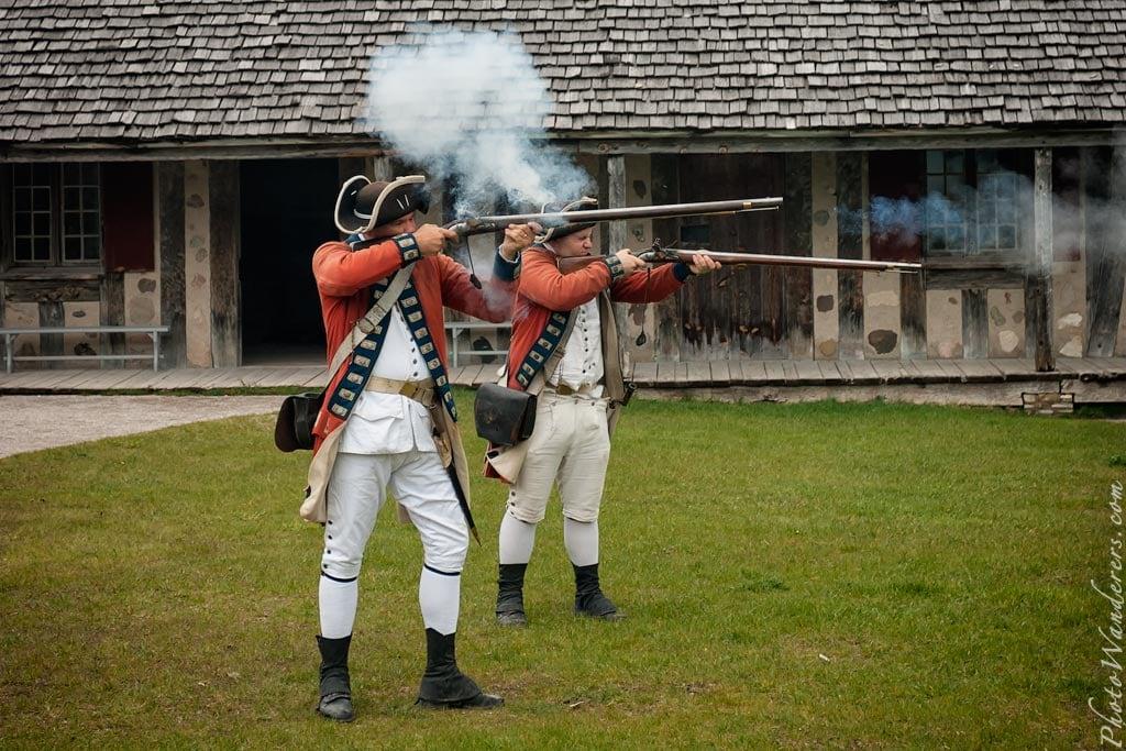 Демонстрация стрельбы из кремневых ружей, форт Мишилимакино (Fort Michilimackinac), Мичиган