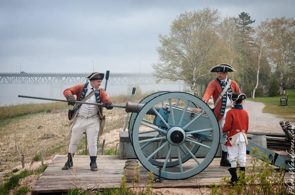 Заряжаем пушку, форт Мишилимакино (Fort Michilimackinac), Мичиган