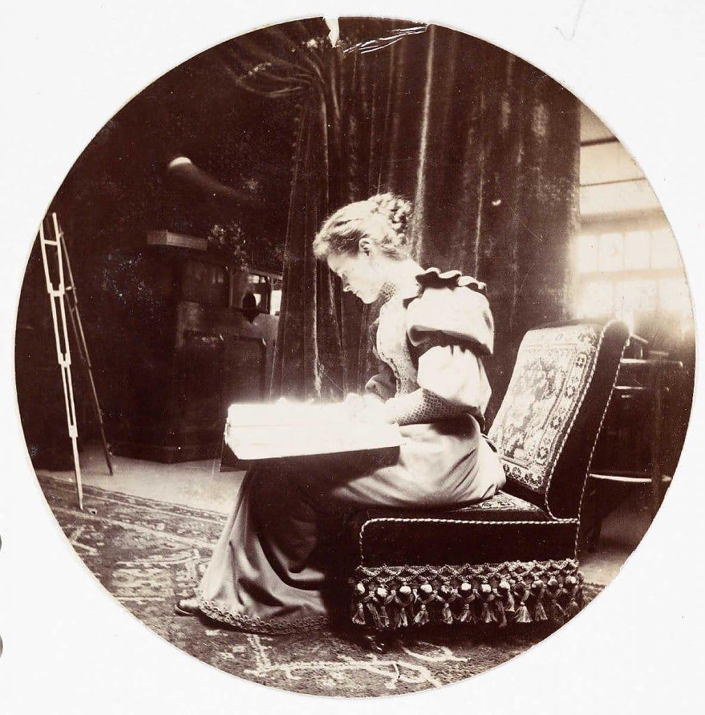 Женщина, читающая книгу, около 1890