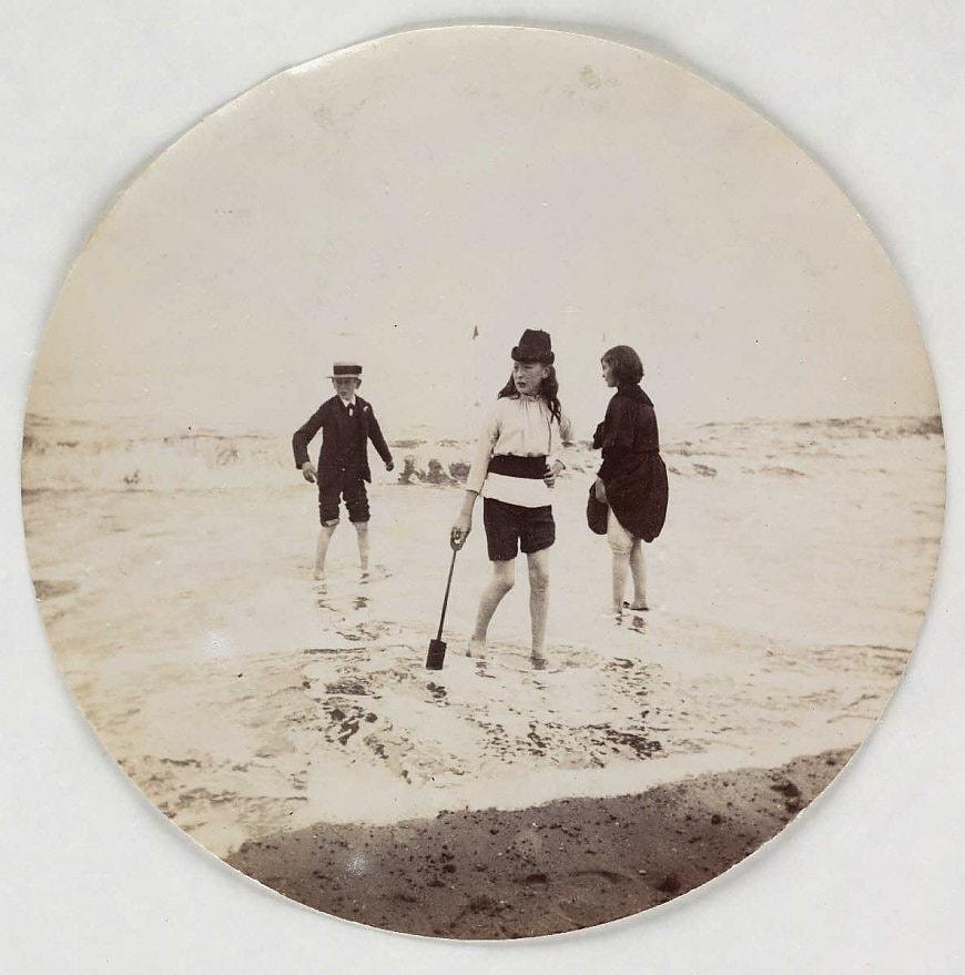 Прогулка по берегу, около 1890