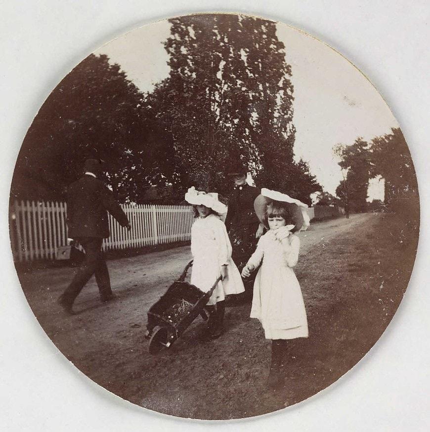 Дети с тачкой, около 1890 года