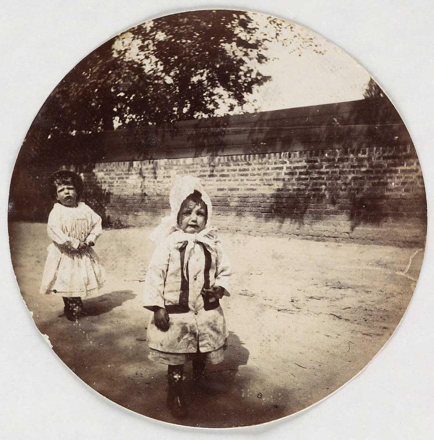 Двое детей, около 1890 года