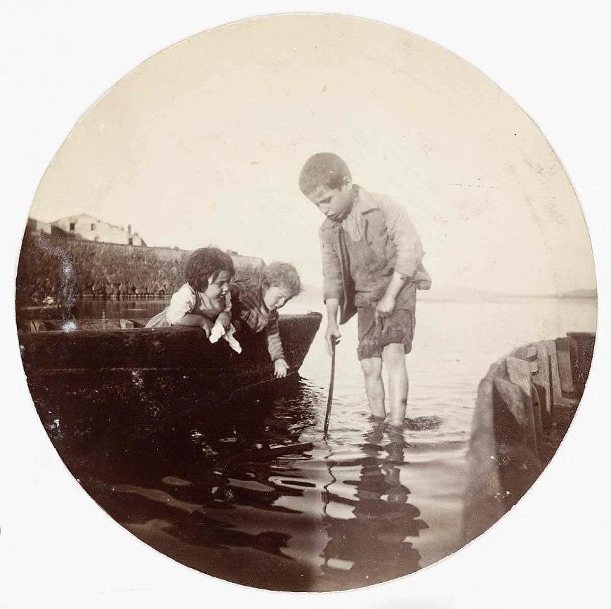Мальчик плещется в море (около 1890)
