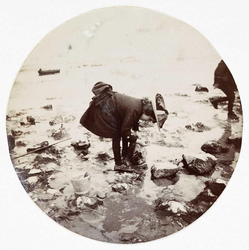 Девочка среди камней после отлива (около 1890)