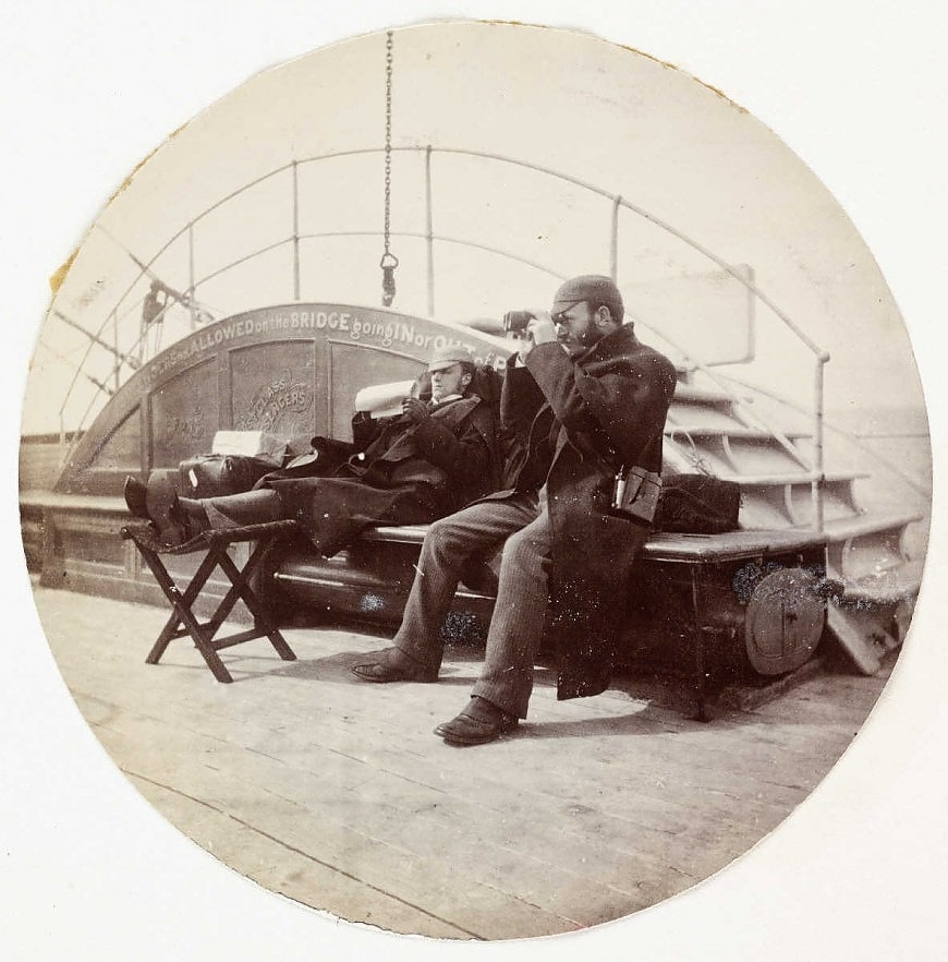 Двое мужчин на палубе корабля, около 1890 года