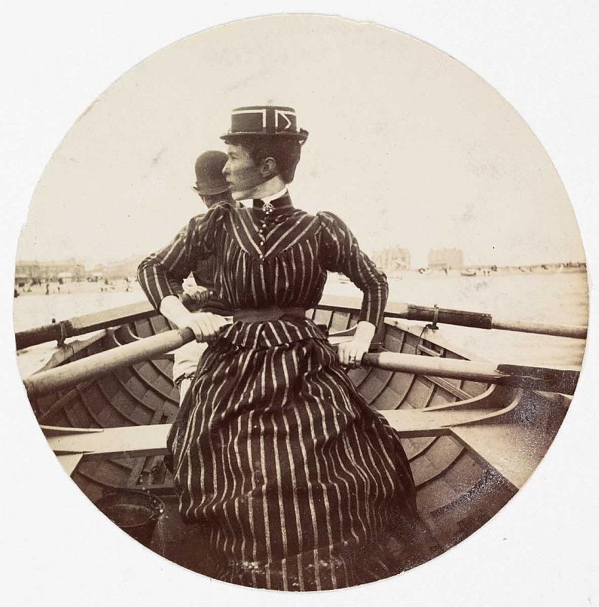 Женщина в лодке, около 1890 года