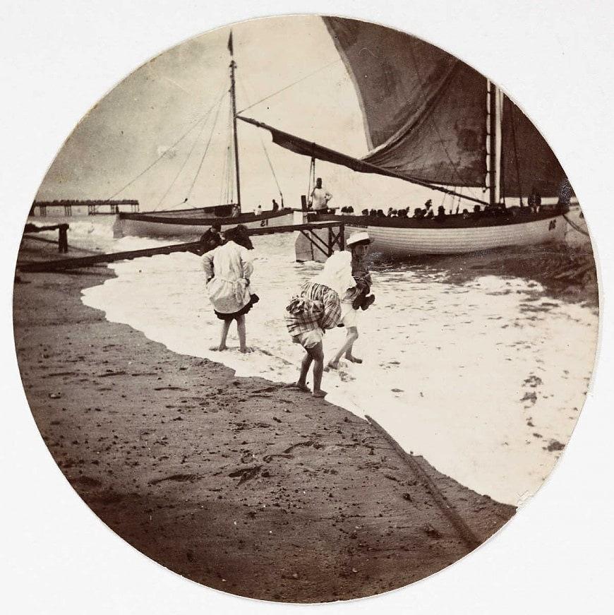 Дети плещутся в море, около 1890 года