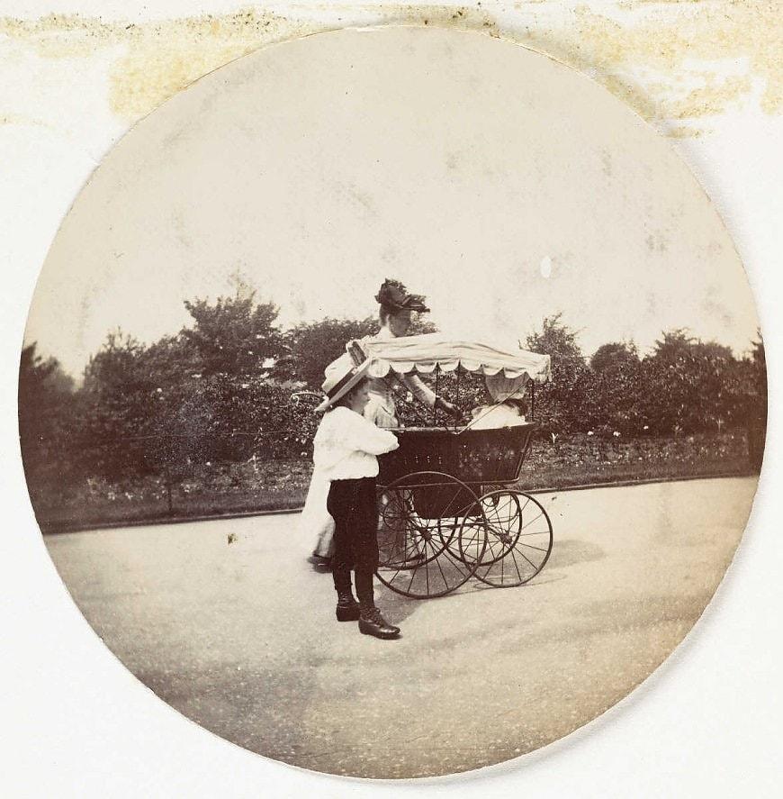 Женщина, мальчик и детская коляска, около 1890 года