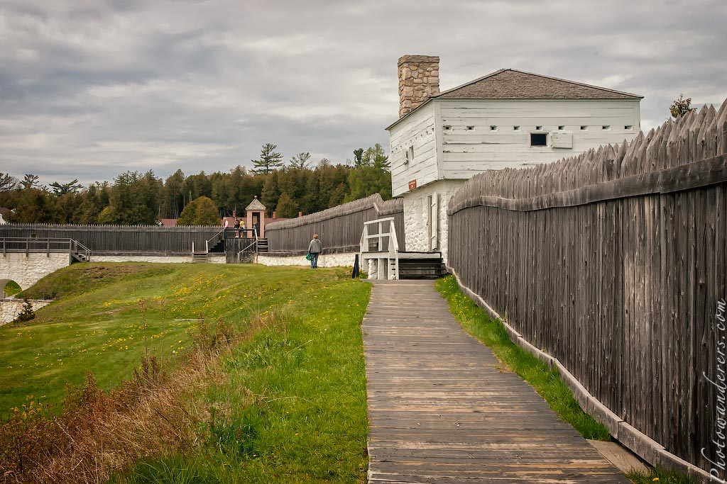 Стены и блокгауз (1798) форта Макино, Мичиган | Fort Mackinac stockade and blockhouse, Michigan