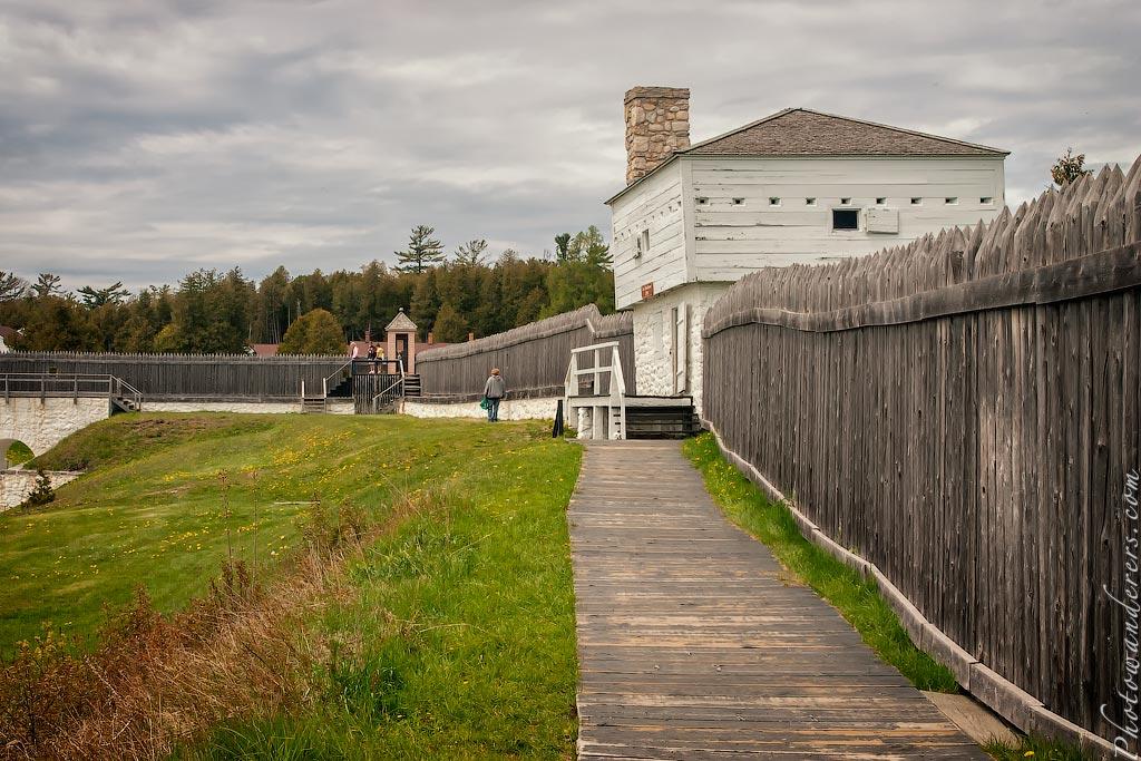 Стены и блокгауз (1798) форта Макино, Мичиган | Fort Mackinac stockade and blockhouse, Michigan
