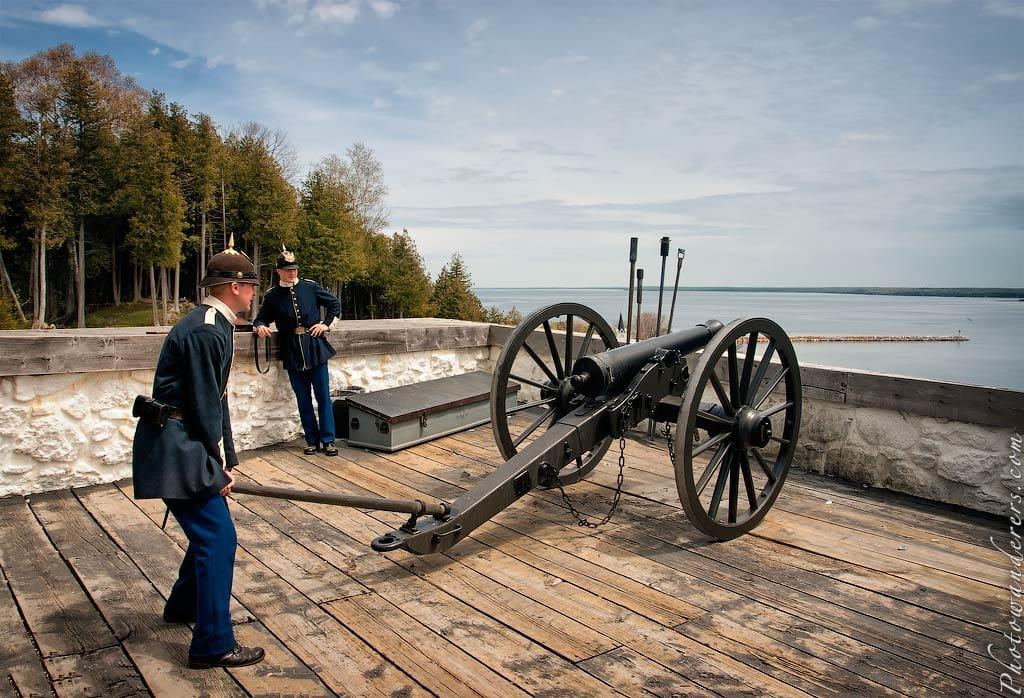 Подготовка пушки к стрельбе, форт Макино, Мичиган | Cannon preparation in Fort Mackinac, Michigan