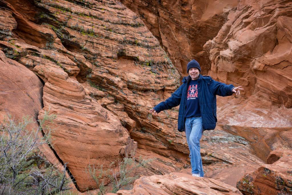 Алекс возле скалы Атлатл-Рок, Долина Огня, Невада   Alex near Atlatl Rock, Valley of Fire, Nevada