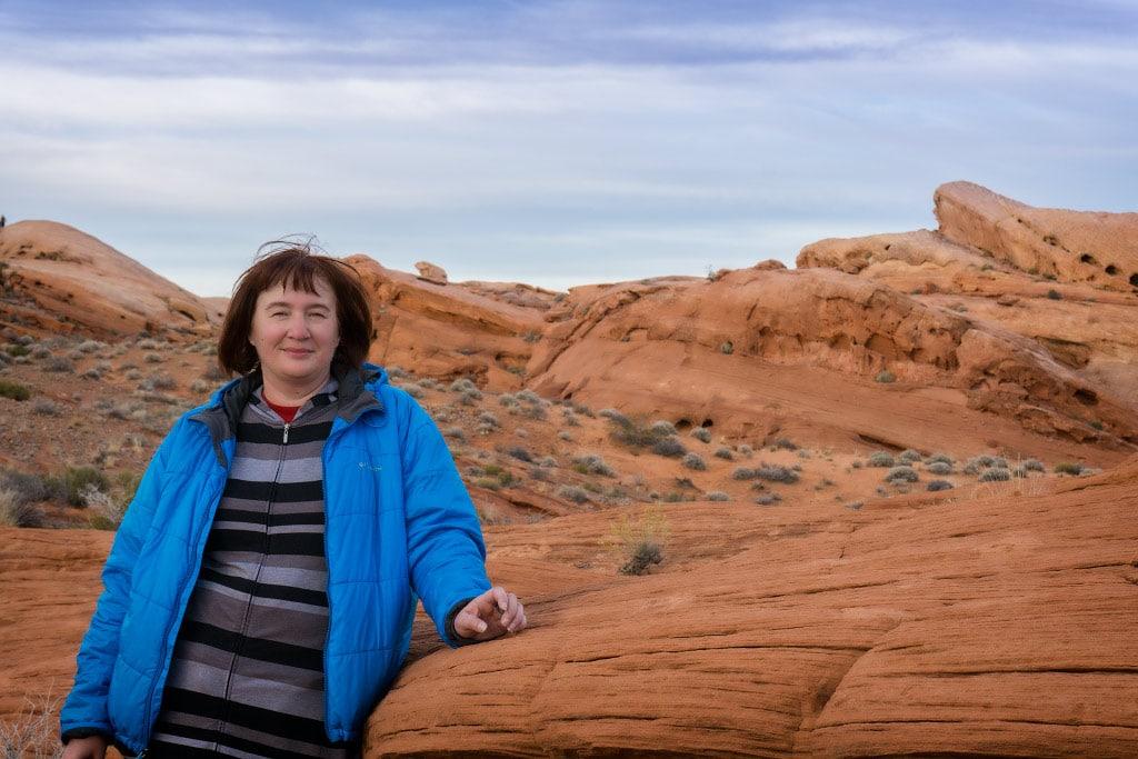 Джулия на фоне красных камней Долины Огня | Julia and fire red rocks