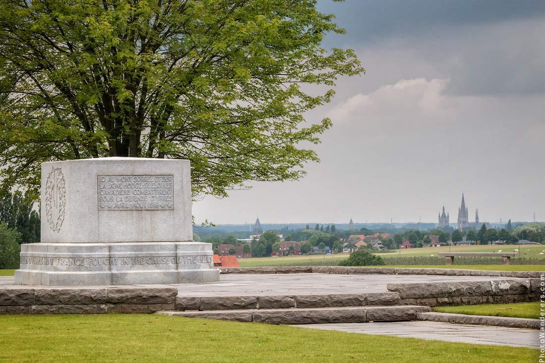 Канадский Мемориал Хилл 62 (The Canadian Hill 62 Memorial), шпили Ипрского собора на горизонте