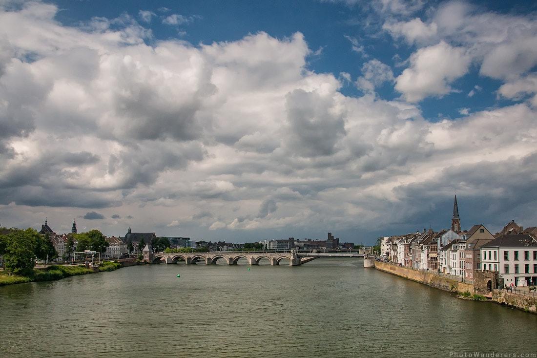Вид на центр города Маастрихт (Maastricht) со средневекового мостом на реке Маас (Meuse)