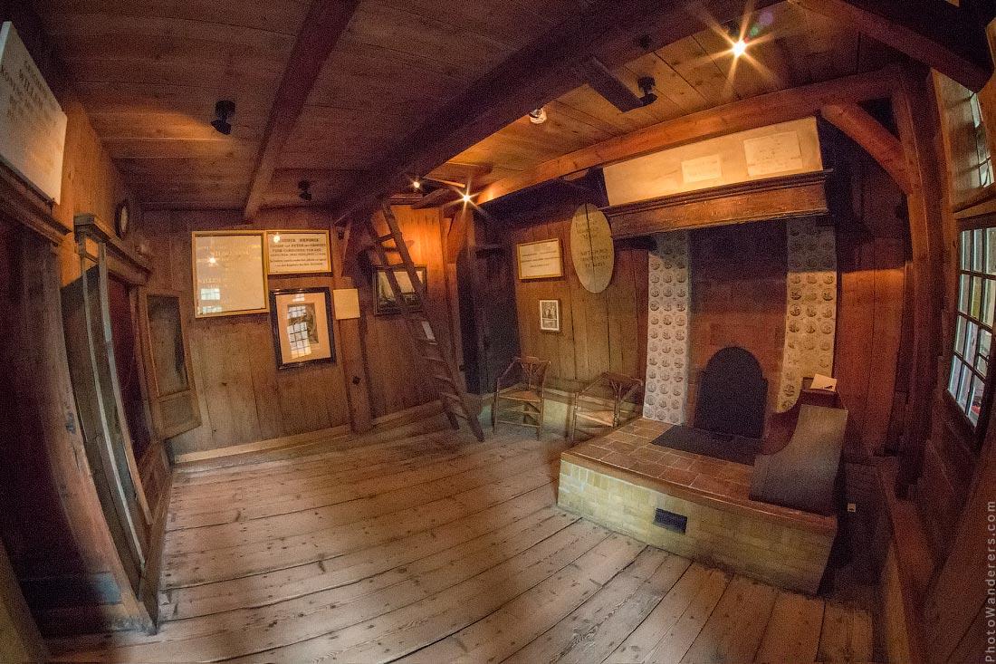 Комната со спальной нишей и камином, Домике Петра I в Заандаме (Zaandam)