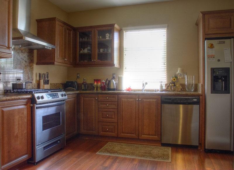 Кухня со встроенными шкафчиками