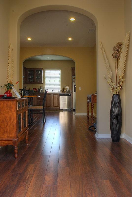 Добро пожаловать, вид с входной двери на кухню и столовую
