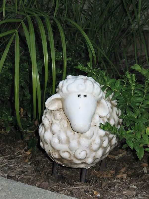 Садовая скульптурка под пальмой