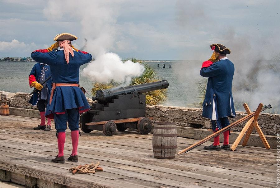 Пушки с пристани палят, Кораблю пристать велят...