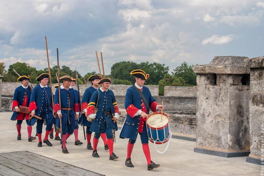 Торжественный проход по стенам крепости после стрельбы из пушки