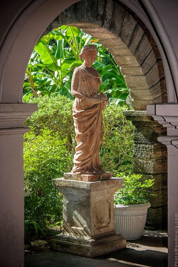 Статуя в крытой галерее дома Альвареса