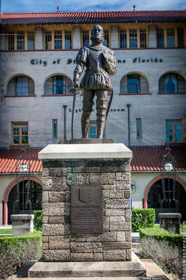 Памятник испанскому адмиралу Педро Менендес де Авилес, который возглавлял основавшую Сент-Августин экспедицию