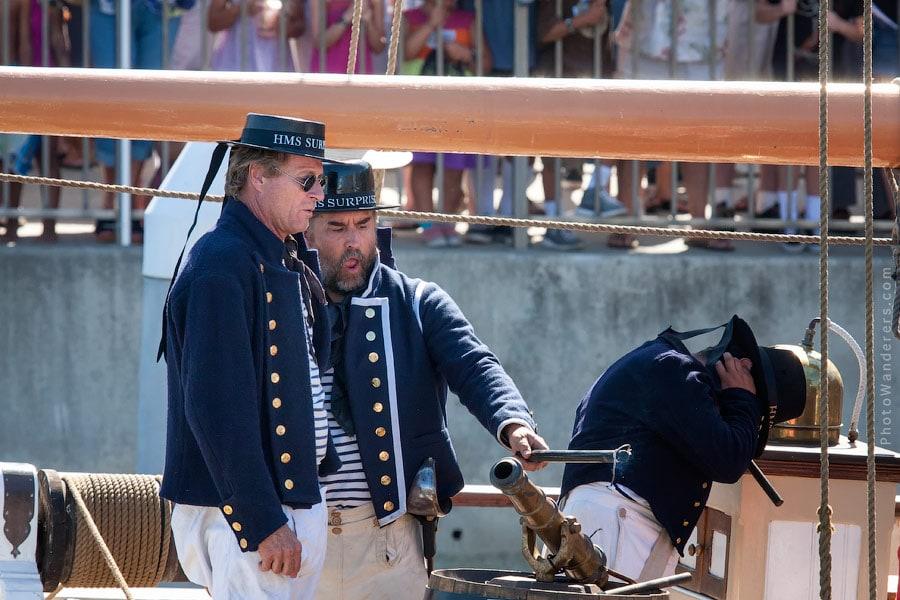 Трое канониров палят по бухте из пушек и чуть не топят пиратскую лодку.