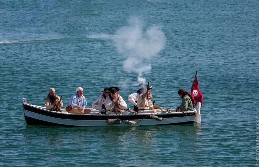 Бравые пираты открывают ответный огонь.