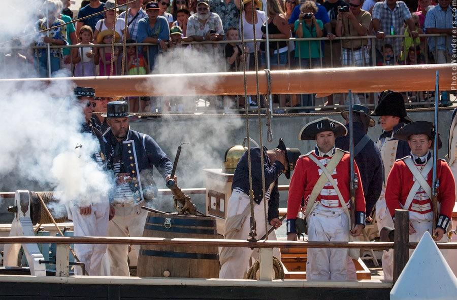 Палят пушки, дым стелется над морем, ломаются мачты и в трюмах загораются бочки с порохом.