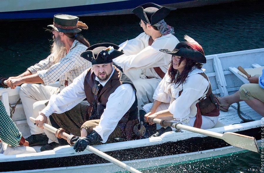 Командир пиратской лодки подал знак и длинные весла погрузились в морскую пучину.